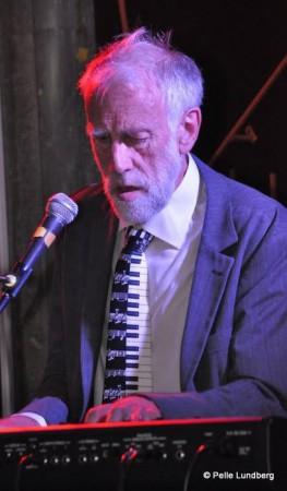Spelar Keyboard och skriver arr. Leder Slims Gospel Train